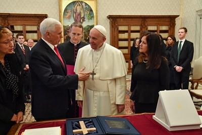 Папа Франциск прие на аудиенция във Ватикана американския вицепрезидент Майк Пенс СНИМКИ: РОЙТЕРС