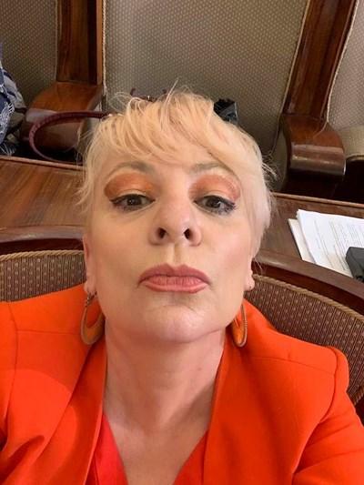 """Нона Йотова си прави селфи без маска в парламента в деня, когато пита от трибуната за маските в """"Като две капки вода"""".  СНИМКА: ЛИЧЕН ПРОФИЛ ВЪВ ФЕЙСБУК"""