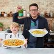 9-годишен учи онлайн връстници как да готвят