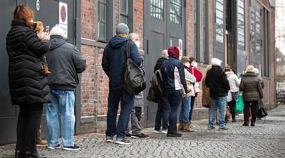 На една опашка от хора пред центъра за ваксинация срещу COVID-19 в Treptow Arena в Берлин, Германия. СНИМКА: РОЙТЕРС