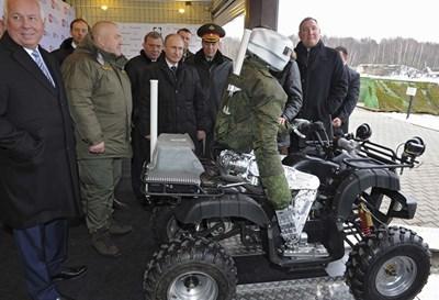 Руският президент Владимир Путин разглежда боен робот в изследователски институт в град Климовск. Снимката е илюстративна.  СНИМКА: РОЙТЕРС