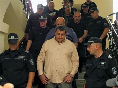 """""""Килърите"""" винаги влизат и излизат в съда по строго определен ред. Процесията се води от Петър Стоянов-Сумиста (в средата). СНИМКИ: АВТОРЪТ, СТОЯН НИКОЛОВ И ДИМА МАКСИМОВА"""