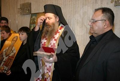 2006 г. Божидар Димитров предава мощите на Св. Модест на ректора на духовната семинария архимандрит Сионий Снимки: Архив 24 часа СНИМКА: 24 часа