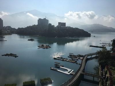 Езерото Сън Мун е опасано с велоалеи - част от 300-километровата система, изградена за многобройните колоездачи в страната.