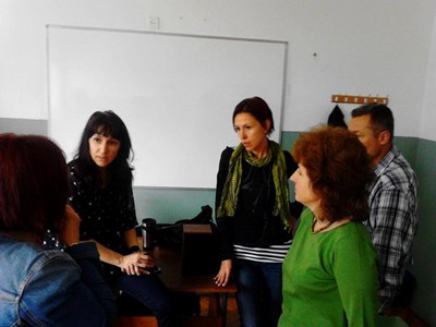 Ръководителят на центъра по изучаване на чужди езици към Софийския университет Радостина Кисьова (втората отляво на дясно) сред група хора, на които преподава английски език. СНИМКА: Личен архив