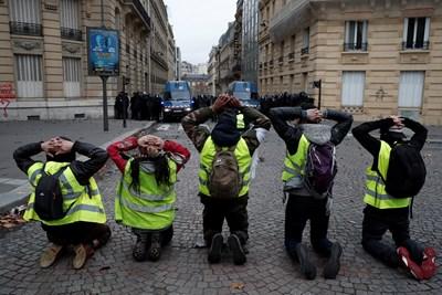 Блокади по пътища затрудняват движението в този нов ден на висока мобилизация в цяла Франция СНИМКИ: Ройтерс