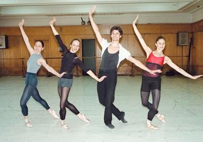 Репетиционен момент в миналото. Отляво надясно: Маша Илиева, Диляна Никифорова, Росен Канев и Дарина Бедева.