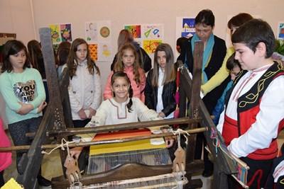 Ученици демонстрираха уменията си в работа на тъкачен стан