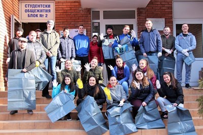 Студенти чистиха край общежитията във Великотърновския университет