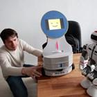 Ясен Паунски показва малък робот лектор, а вдясно е моделът, който дава уроци по бойни изкуства.