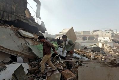 При авиокатастрофата са нанесени щети на няколко къщи СНИМКИ: Ройтерс