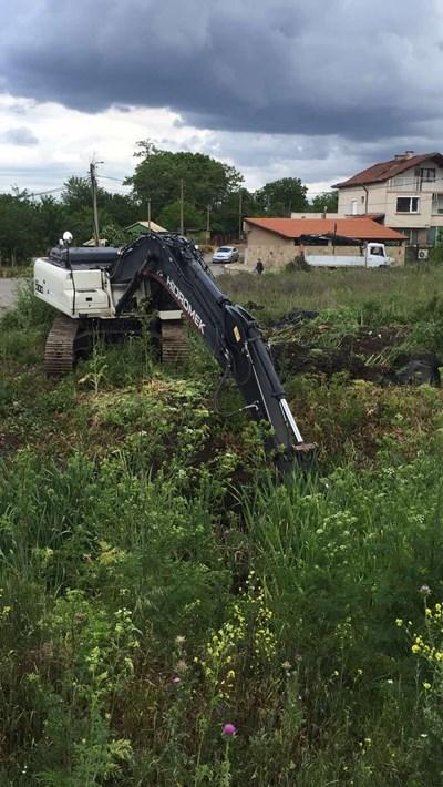 Пожарната в Бургас изкара техника и жива сила за почистване на речните корита.