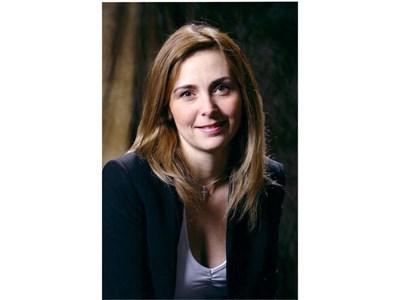 Наташа Идън от Калгари, щастлива, че намери българските си брат и сестра.