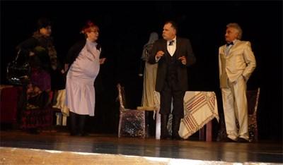 """Ивайло Калоянчев (по средата) репетира постановката """"Г-н Ганьо Балкански"""" на сцената на Сатиричния театър.  СНИМКА: АРХИВ"""