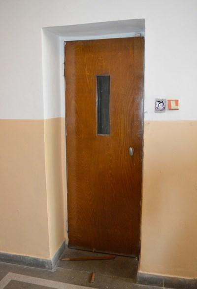 Това е злополучният асансьор в бл.115 в столицата, който падна вчера и уби една жена, а друга е с опасност за живота в много тежко състояние Снимка: 24 часа
