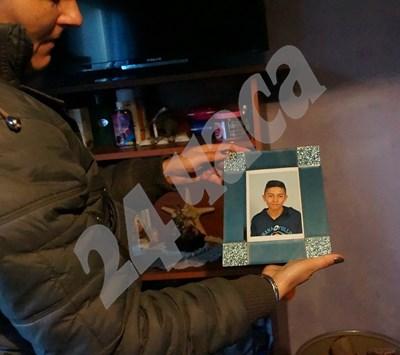 Снимка на Боби, която държи майка му СНИМКИ: Десислава Кулелиева СНИМКА: 24 часа