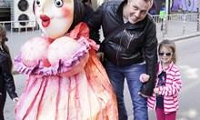 Клоуни, дракони и феи смаяха децата на Парада на куклите (Обзор)