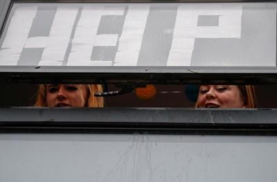"""Обучаващите се в Манчестър младежи са поставили надпис """"помощ"""" на прозорците си, докато стоят затворени заради случаи на коронавирус СНИМКА: РОЙТЕРС"""