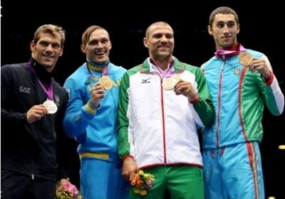 Олександър Усик и Тервел Пулев (двамата в средата) с медалите от Лондон