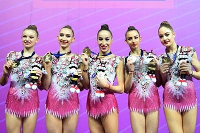 Лаура Траатс, Теодора Александрова, Симона Дянкова, Мадлен Радуканова и Елена Бинева със златните си медали от Пезаро