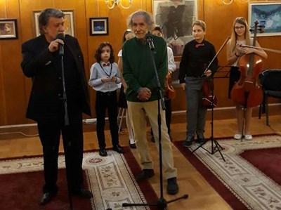 Вежди Рашидов поздравява бургаския художник  Живко Иванов, с когото се познават от студентските години.
