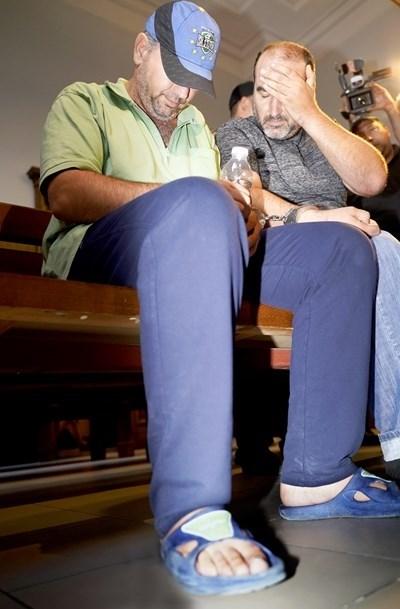 Пламен Шляпашки и Георги Нанчев (с шапката) криеха лицата си в Софийския градски съд. СНИМКА: Десислава Кулелиева, архив