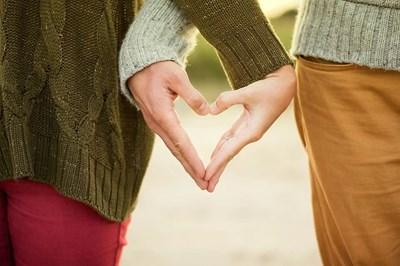 """На Св. Валентин купидони раздават прегръдки и брошури """"Обичай безопасно"""""""