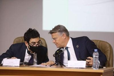 """Марко Росо (вдясно) обясни, че """"Меридиам"""" поемат загубите на летището в София, причинени от пандемията, и в същото време увеличават инвестициите си по договора за концесия. СНИМКА: Николай Литов"""