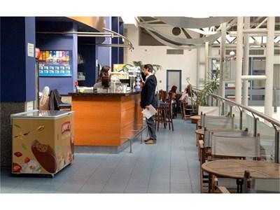 Това е едно от кафенетата на летището, на което се водят собственици ромите от Видин.