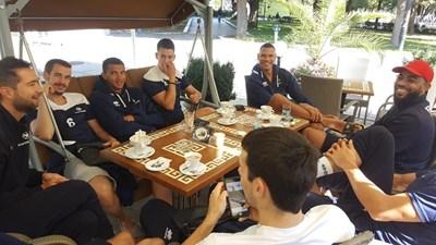 Отборът на Франция, начело с Ървин Нгапет, изпи кафето си в центъра на Русе  СНИМКИ: Росен Моллов