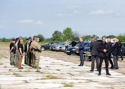Гардове от НСО тренират специалните си умения на полигона в село Доброславци.