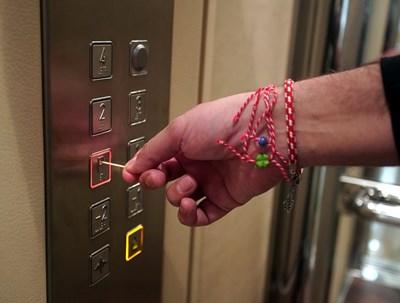 Предпазете се, като не докосвате нищо в асансьора