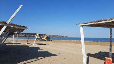"""Булдозер заравнява плажната ивица край къмпинг """"Каваци"""". Снимка:Авторът"""