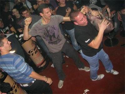 Забавлението с прасенцето е увековечено със снимки на официалната страница във фейсбук на клуба. СНИМКА: АРХИВ