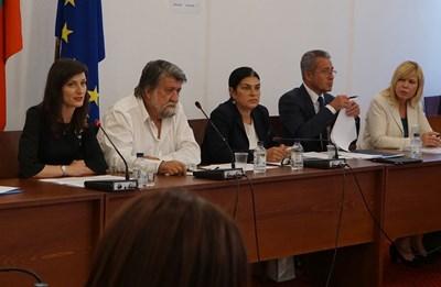 Еврокомисарката Мария Габриел участва в заседанието на медийната комисия на парламента. Тя седна до председателя на комисията Вежди Рашидов. СНИМКА: Десислава Кулелиева