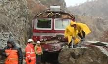 Изтеглиха локомотива, който се вряза в паднала скала в Кресненското дефиле