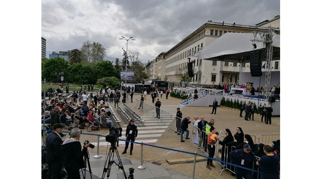10 хил. очакват литургията на папа Франциск (Снимки)