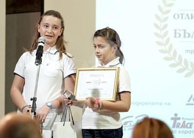 """Двете сестри са част от отбора на """"Отличниците на България"""" на """"24 часа"""". СНИМКА: 24 часа"""