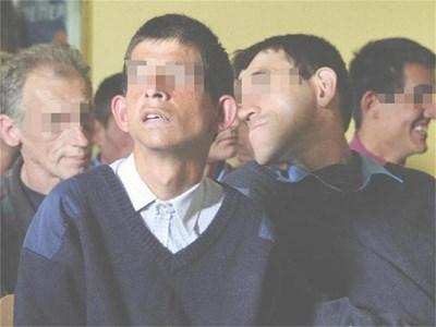 Мъже от дома за психично болни в Подгумер.  СНИМКИ: ЙОРДАН СИМЕОНОВ И АРХИВ