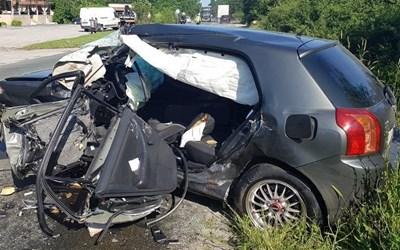 """Смачканата след удара """"Тойота"""", в която загина водача. Снимка на автора."""