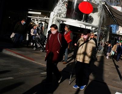 Хора с предпазни маски се движат в пешеходната зона на Виена.