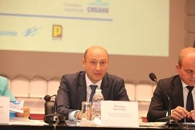 Валери Белчев към Асен Василев: Възхищавам се от работата ви, все едно гоня бърз влак и трябва да се кача в движение
