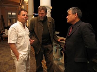 Двама бивши студенти - Николай Москов и Пламен Бочков (сега Ректор на НБУ) беседват с любимия проф. Анчо Калоянов