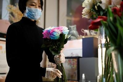 Цветарски магазини в Китай и във Филипините предлагат букетите за Св. Валентин в комплект с дезинфектант като предпазна мярка срещу коронавируса.
