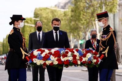 Френският президент Еманюел Макрон участва в церемония в Париж по повод 76 години от края на Втората световна война Снимки: Ройтерс