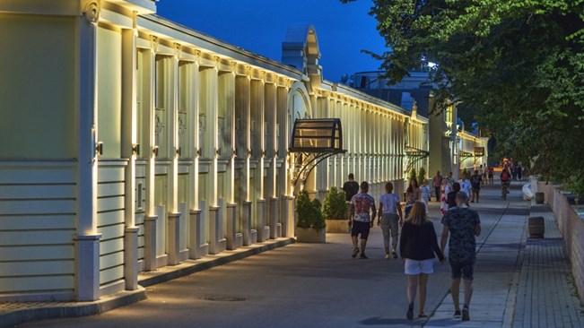 Днес фасадата на морските бани, където се намират най-атрактивните плажни заведения, е реновирана.