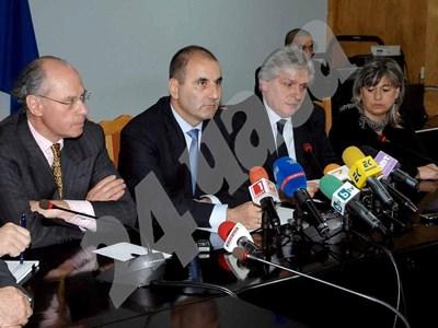 Вътрешният министър обяви преди време на пресконференция, че 30 души са задържани в Италия СНИМКА: 24 часа