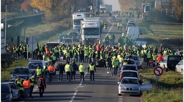 """""""Жълти жилетки"""" замеряха български шофьор с камъни. Гумата му се запалила при опит да пробие блокадата на протестиращите"""