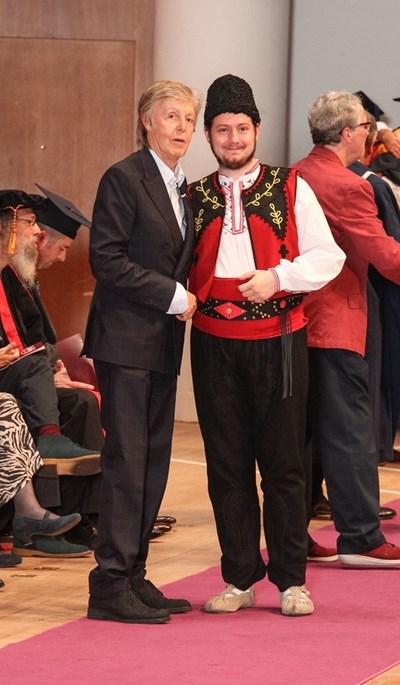 Михаил Михалев на дипломирането си заедно с Пол Маккартни СНИМКА: Личен архив