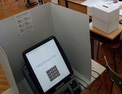 Хора с увредено зрение и трудно подвижни гласуват в Младежкия дом в Монтана